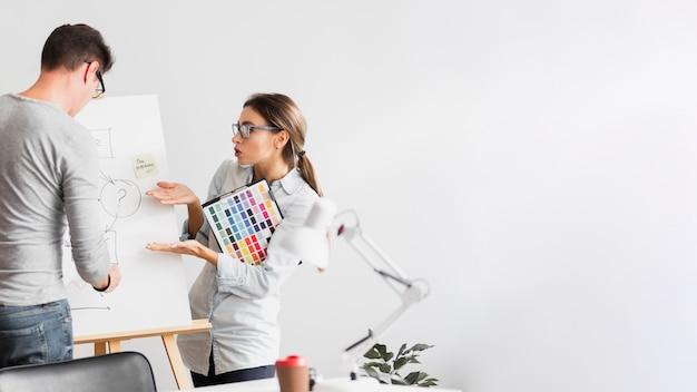 Geschäftsfrau, die über ein diagramm sich wundert Kostenlose Fotos