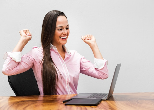 Geschäftsfrau, die über projekt glücklich ist Kostenlose Fotos