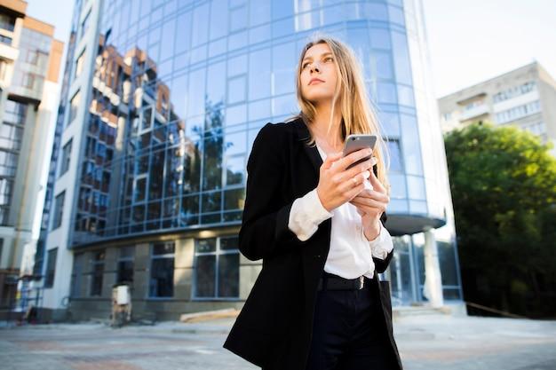 Geschäftsfrau, die weg froschperspektive schaut Kostenlose Fotos