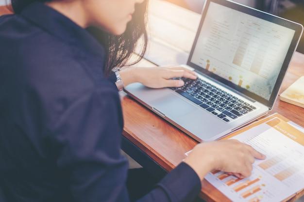 Geschäftsfrau, die zusammen daten in der teamwork für die planung und das neue projekt des startens analysiert Premium Fotos