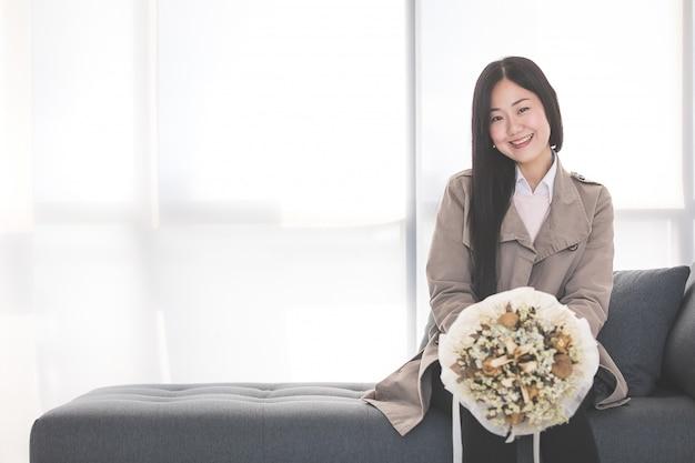 Geschäftsfrau erhalten einen blumenstrauß. Premium Fotos