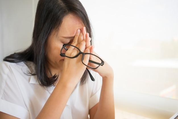 Geschäftsfrau ermüdet vom arbeiten mit digitaler tablette und überstundenarbeitsbelastung Premium Fotos