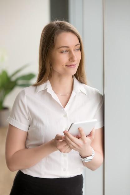 Geschäftsfrau genießt handliche computerorganisator Kostenlose Fotos