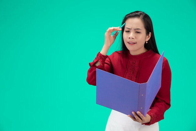 Geschäftsfrau hält datei Kostenlose Fotos