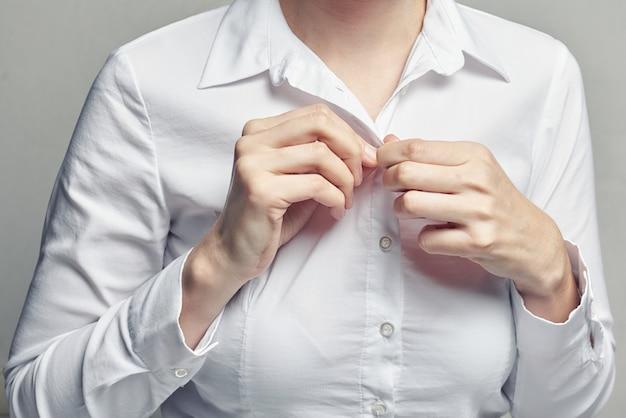 Geschäftsfrau im aufknöpfenden hemd der weißen bluse Premium Fotos