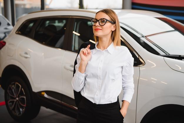 Geschäftsfrau im autosalonkonzept der fahrerin Premium Fotos