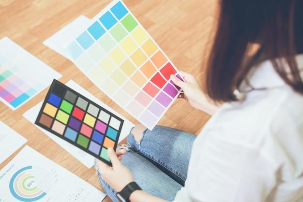 Geschäftsfrau im büro im zufälligen hemd. überprüfen sie die dokumentfarbvorlage Premium Fotos