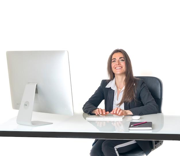 Geschäftsfrau im bürolächeln glücklich Premium Fotos