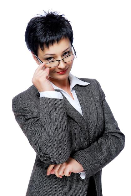 Geschäftsfrau im grauen geschäftsanzug, der von der brille schaut Kostenlose Fotos