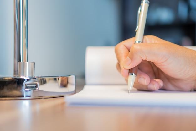 Geschäftsfrau manager, der bewerberfüllungsdokumente überprüft und unterzeichnet, berichtet papierfirma Premium Fotos
