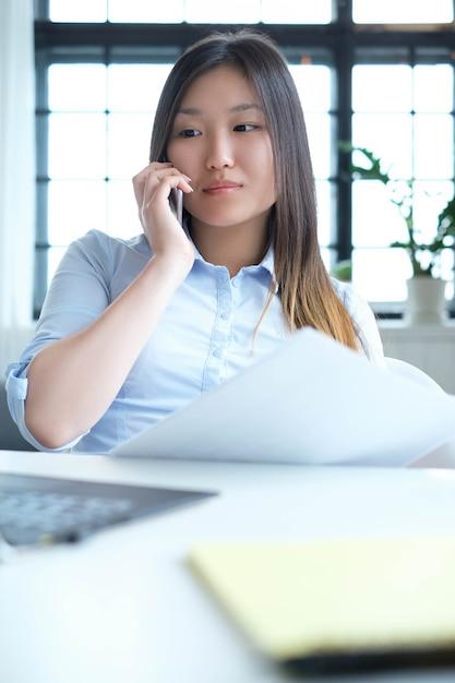 Geschäftsfrau mit einem smartphone Kostenlose Fotos