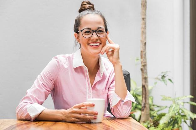 Geschäftsfrau mit gläsern an ihrem schreibtisch Kostenlose Fotos