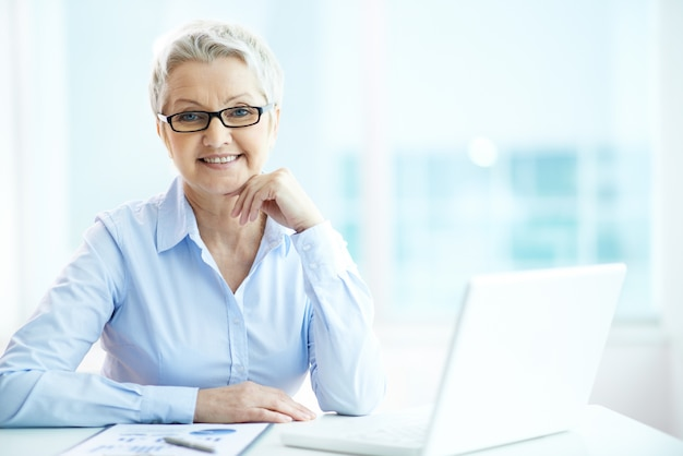 Geschäftsfrau mit gläsern Kostenlose Fotos
