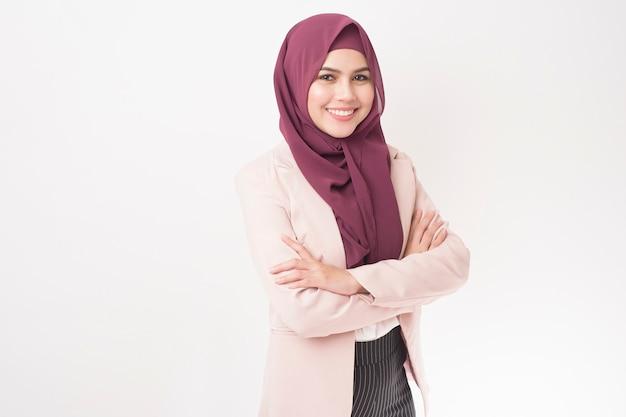 Geschäftsfrau mit hijab-porträt auf weiß Premium Fotos