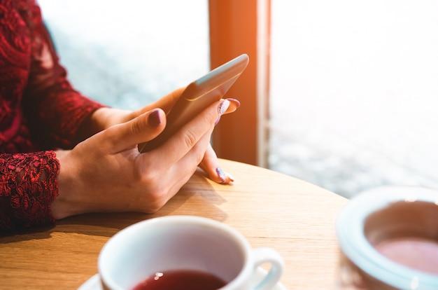 Geschäftsfrau mit smartphone in einem café Premium Fotos