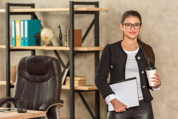 Geschäftsfrau posiert Kostenlose Fotos