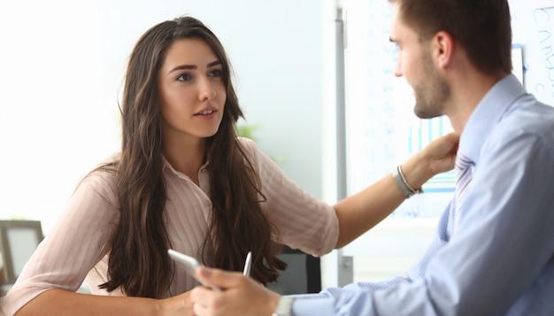 Geschäftsfrau und geschäftsmann kommunizieren Premium Fotos