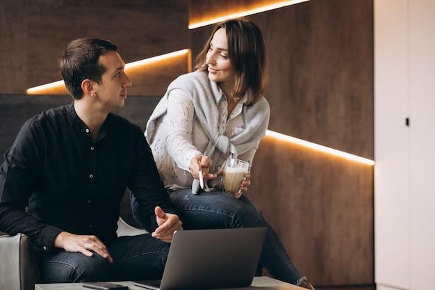 Geschäftsfrau und geschäftsmannkollegen arbeiten am laptop Kostenlose Fotos