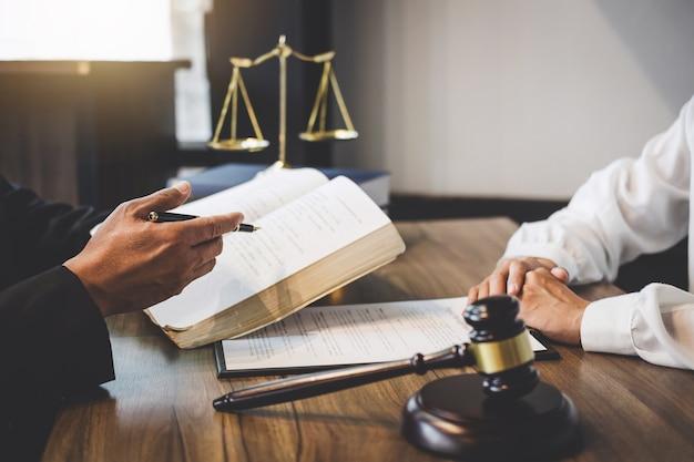 Geschäftsfrau und männlicher rechtsanwalt oder richter konsultieren, teamtreffen mit kunden habend Premium Fotos