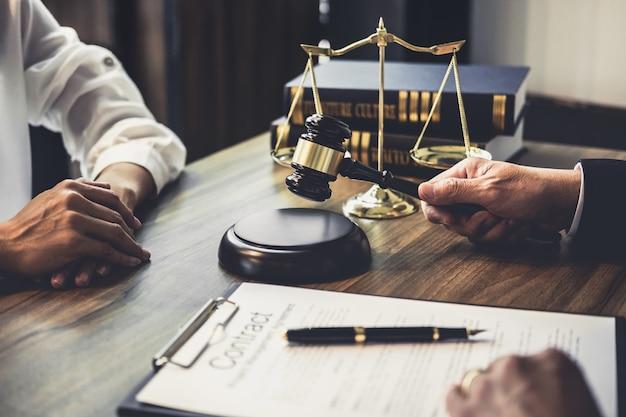 Geschäftsfrau und männlicher rechtsanwalt oder richterberater, die teambesprechung mit klienten haben Premium Fotos