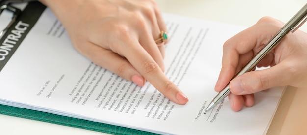 Geschäftsfrau unterzeichnet vertrag im büro. Premium Fotos