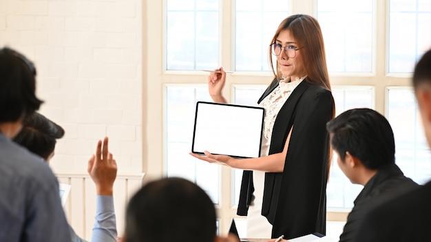 Geschäftsfraudarstellung mit leerer schirmtablette im konferenzzimmer. Premium Fotos