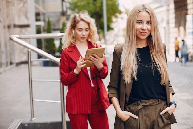 Geschäftsfrauen arbeiten zusammen Kostenlose Fotos