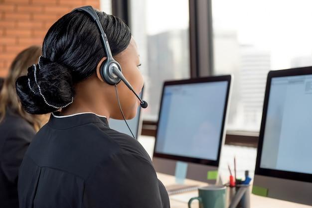 Geschäftsfrauen, die im kundenkontaktcenter arbeiten Premium Fotos
