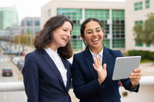 Geschäftsfrauen, die video-chat im freien haben Kostenlose Fotos