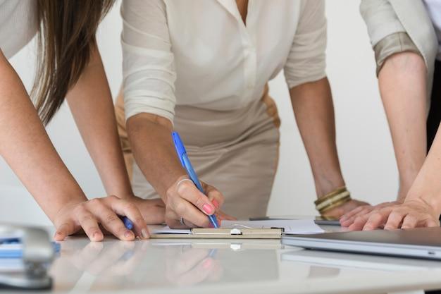 Geschäftsfrauen, die zusammen an einer projektnahaufnahme arbeiten Kostenlose Fotos