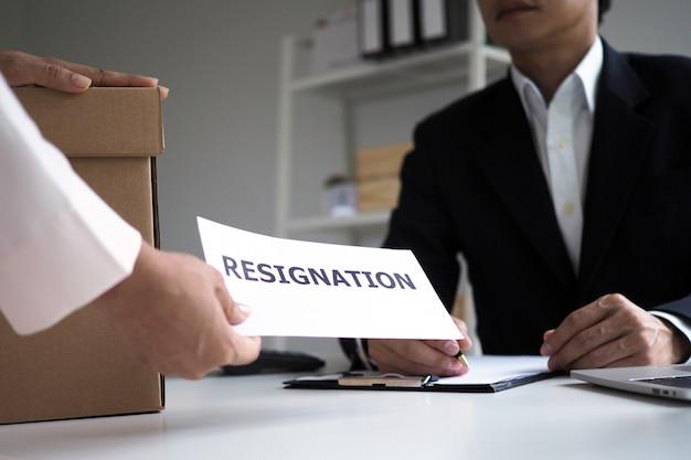 Geschäftsfrauen senden kündigungsschreiben an führungskräfte. Premium Fotos
