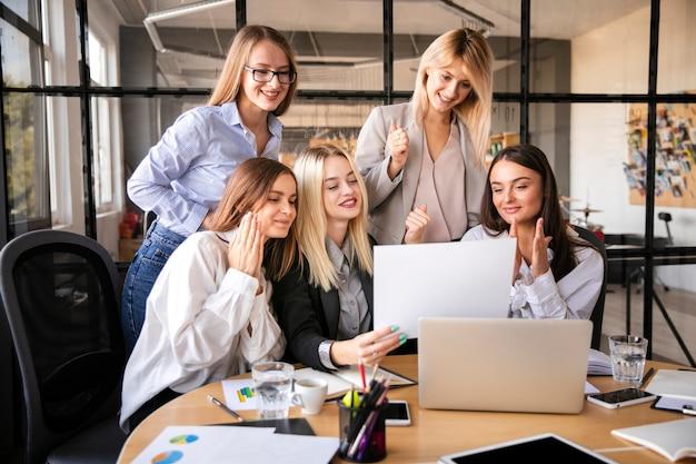 Geschäftsfrauteam im büro Kostenlose Fotos