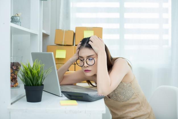 Geschäftsinhaber, der zu hause an der büroverpackung arbeitet Kostenlose Fotos