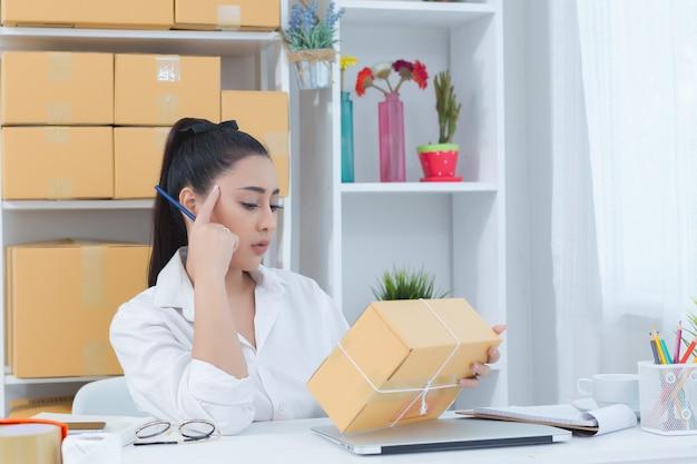Geschäftsinhaber, der zu hause büro arbeitet Kostenlose Fotos