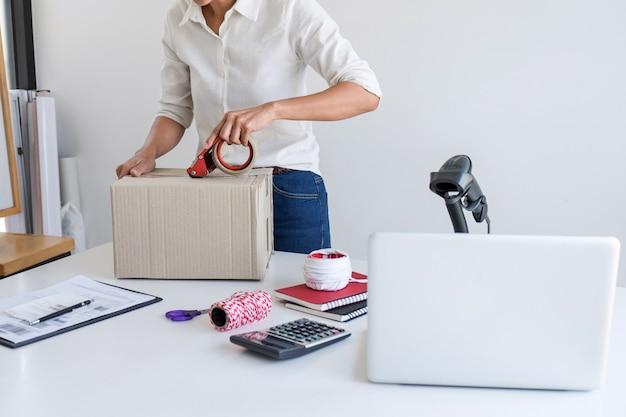 Geschäftsinhaber-lieferservice und arbeitsverpackungskasten Premium Fotos