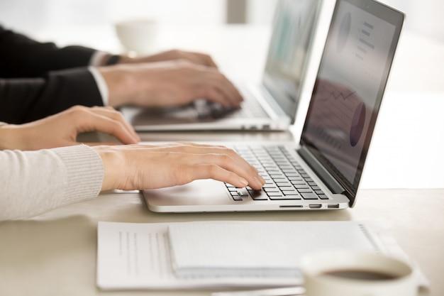 Geschäftskollegen, die an computern im büro arbeiten Kostenlose Fotos