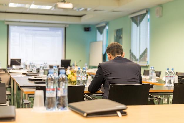 Geschäftskonferenzsaal mit geschäftsmann Premium Fotos