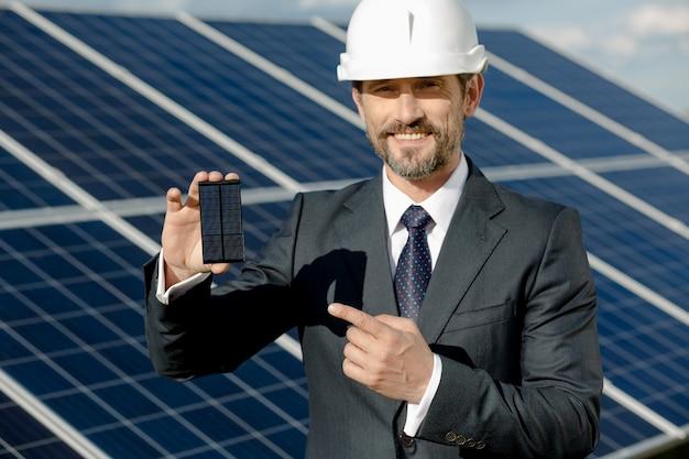 Geschäftskunde, der photovoltaisches detail des sonnenkollektors zeigt. Premium Fotos