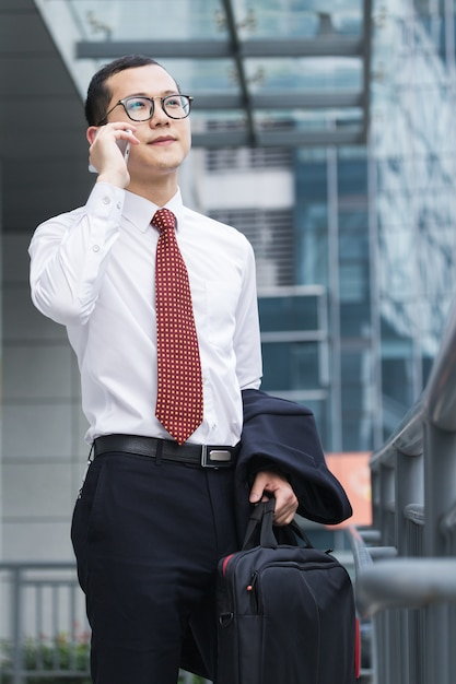 Geschäftsleute antworten telefone an der bürotür Kostenlose Fotos