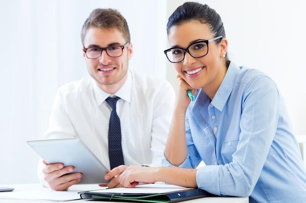 Geschäftsleute arbeiten im büro mit digitaler tablette. Kostenlose Fotos