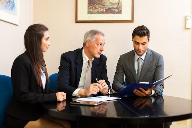 Geschäftsleute bei der arbeit zusammen in einem büro Premium Fotos