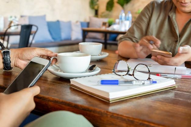 Geschäftsleute bei der sitzung im café, das kaffeepause hat. Premium Fotos