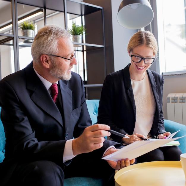 Geschäftsleute beschäftigt, finanzsache während des treffens besprechend Kostenlose Fotos