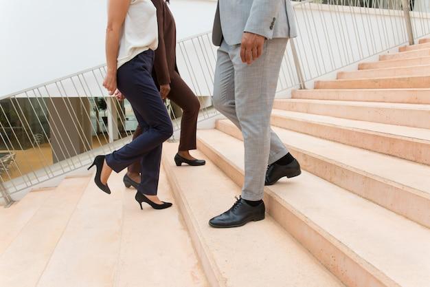 Geschäftsleute bewegen sich die treppe hinauf und hinunter Kostenlose Fotos