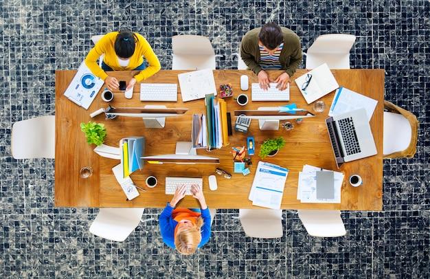 Geschäftsleute büro-arbeitsplatz des arbeits-konzeptes Premium Fotos