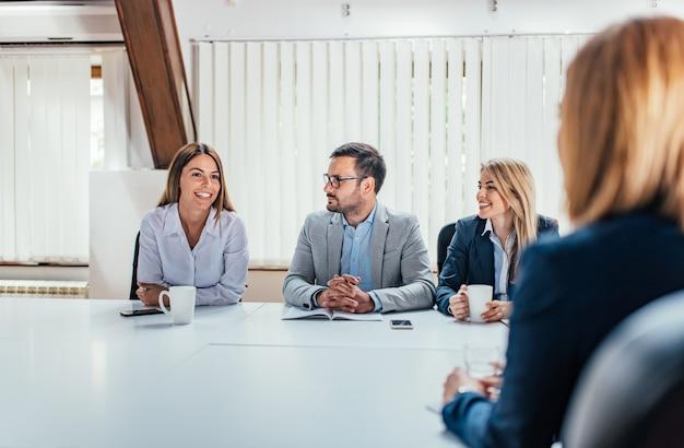 Geschäftsleute, die am konferenzzimmer sprechen. Premium Fotos