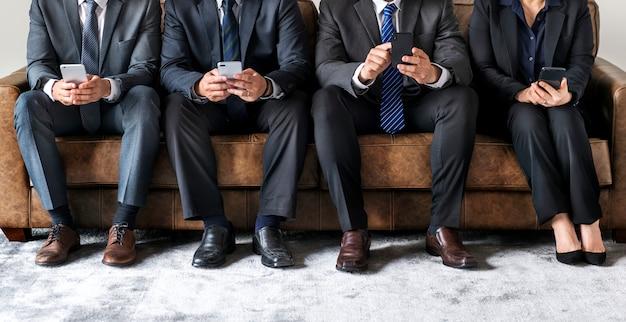 Geschäftsleute, die an geräten arbeiten Premium Fotos