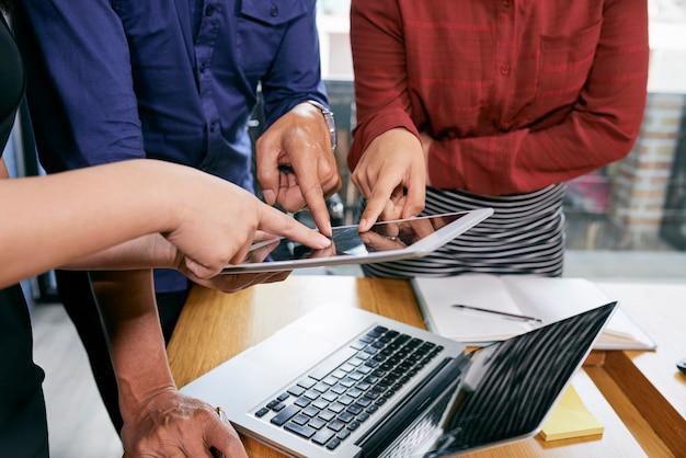 Geschäftsleute, die auf tablette zeigen Kostenlose Fotos