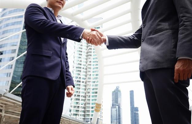 Geschäftsleute, die das handschütteln tun Premium Fotos