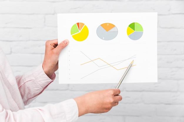 Geschäftsleute, die diagramme und statistiken zeigen Kostenlose Fotos